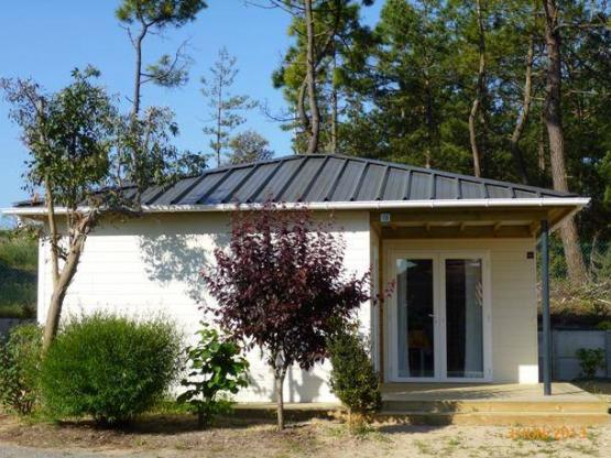 Chalet Bois 33m² / 3 chambres + terrasse couverte : Camping Domaine ...
